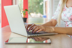 Flicka som avlägset arbetar för en bärbar dator Arkivbild