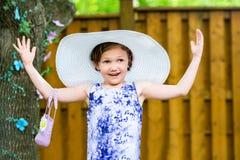 Flicka som bär den överdimensionerade solhatten Arkivbilder