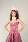 Flicka som bär dräkten för easter kanin med ägg i korg Royaltyfri Fotografi