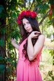 Flicka som bär en krona av rosor Fotografering för Bildbyråer
