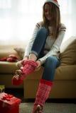 Flicka som bär röda julsockor Arkivfoton