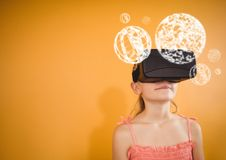 Flicka som bär VR-virtuell verklighethörlurar med mikrofon med manöverenhetsOrbs Arkivfoton