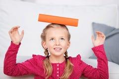 Flicka som balanserar boken på huvudet Royaltyfria Foton