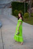 Flicka som barfota går Royaltyfria Foton