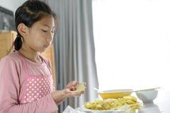 Flicka som bearbetar den hemlagade klimpen i hennes hand, livsstilbegrepp royaltyfri bild
