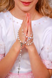 Flicka som ber i dag av den första heliga nattvardsgången Royaltyfria Bilder