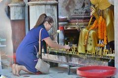 Flicka som ber på templet wat för doiphrasuthep Chiang Mai thailand Royaltyfri Foto