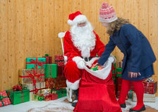 Flicka som besöker den Santas grottan Arkivfoton