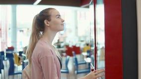 Flicka som beställer snabbmat i restaurang lager videofilmer