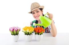 Flicka som bevattnar växter Royaltyfri Foto