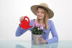 Flicka som bevattnar växter Fotografering för Bildbyråer
