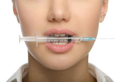 Flicka som biter en injektionsspruta Royaltyfri Fotografi