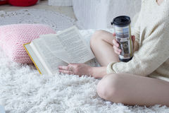 Flicka som bläddrar igenom en bokcloseup Arkivfoton