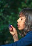 Flicka som blåser bubblor Royaltyfri Bild