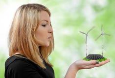 Flicka som blåser på vindturbinerna Royaltyfria Bilder