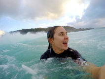 Flicka som bodysurfing i hawaii Royaltyfri Bild