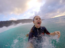 Flicka som bodysurfing i hawaii Royaltyfria Bilder
