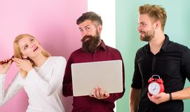 Flicka som borstar hår, medan män arbetar med bärbara datorn Disciplin och tajming Några personer kör alltid sent Därför kvinnor royaltyfria foton