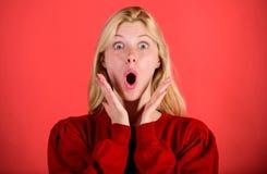 Flicka som chockas som förkrossas av överraskning Den förvånade kvinnan välter för att tro hennes ögon Jul är kommande snart Bris arkivfoto