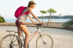 Flicka som cyklar vid havet Royaltyfri Fotografi