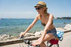 Flicka som cyklar vid havet Royaltyfri Bild