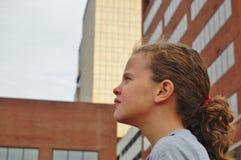 Flicka som dagdrömmer med stads- bakgrund Royaltyfria Foton