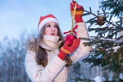 Flicka som dekorerar christmassträdet Arkivfoto