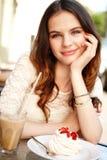Flicka som dricker kaffe Royaltyfri Bild