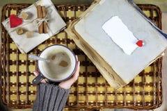Flicka som dricker kaffe och ser dagen för kortvalentin` s Royaltyfri Fotografi