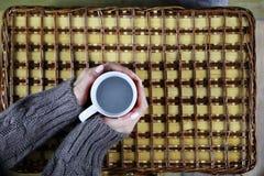 Flicka som dricker kaffe och ser dagen för kortvalentin` s Arkivfoto