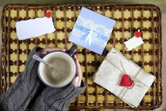 Flicka som dricker kaffe och ser dagen för kortvalentin` s Royaltyfria Foton