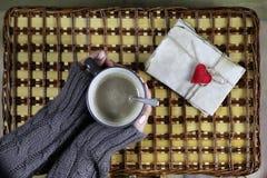 Flicka som dricker kaffe och ser dagen för kortvalentin` s Arkivbilder