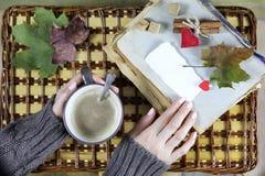 Flicka som dricker kaffe och ser dagen för kortvalentin` s Arkivbild