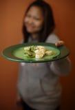 Flicka som erbjuder dig plattan av frukt Royaltyfria Bilder