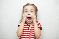 Flicka som erfar och uttrycker sinnesrörelse av skrämsel och skräck Royaltyfria Bilder