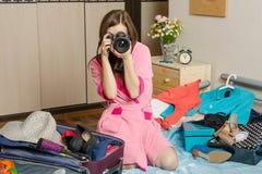 Flicka som förbereder sig att ta bilder av de kommande ferierna Arkivbild