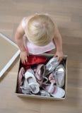 Flicka som försöker på skor Arkivfoto