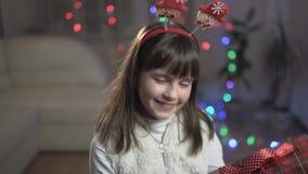 Flicka som förvånas av gåvaasken arkivfilmer