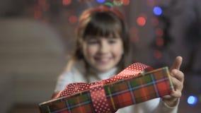 Flicka som förvånas av gåvaasken lager videofilmer