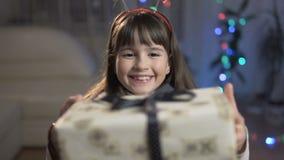 Flicka som förvånas av gåvaasken stock video