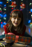 Flicka som förvånas av julgåvaasken Arkivfoto
