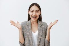 Flicka som förvånas med oerhörd nyheterna som grinar och firar som hurrar upp vännen som vann framgång Attraktivt stilfullt arkivbild