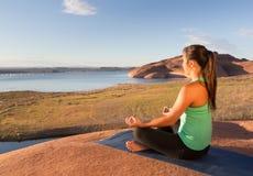 Flicka som finner fred på sjön Powell Royaltyfri Fotografi