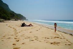 Flicka som fotograferar på stranden Arkivbild