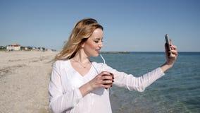 Flicka som fotograferas mot havet, ferier på tropiska öar, stock video