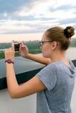Flicka som fotograferas på en mobiltelefon Royaltyfria Bilder