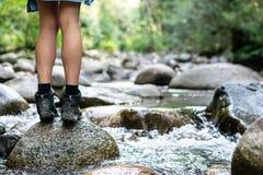 Flicka som fotvandrar vid floden fotografering för bildbyråer
