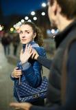 Flicka som frågar mannen att stoppa besvära Arkivfoto