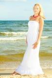 Flicka som framme poserar av havet royaltyfria bilder
