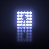 Flicka som framme poserar på etapp av ljusa ljus Royaltyfri Fotografi